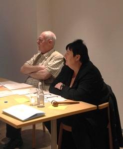 Stämmans presidium. Ewa och Sven-Arne lyssnar uppmärksamt på en föredragning.