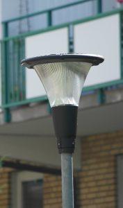 Den nya stilrena gårdslampan som håller på att installeras.
